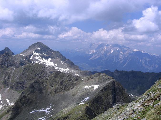Foto: Andreas Koller / Wander Tour / Über die Hans Wödl Hütte auf die Hochwildstelle (2747 m) / Im N: Höchstein (2543 m) und Dachstein (2996 m) / 11.06.2007 21:16:06