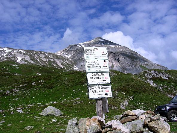 Foto: Andreas Koller / Wander Tour / Vom Giglachsee auf die Engelkarspitze (2518 m) / Wegweiser bei der Giglachseehütte mit Steirischer Kalkspitze im Hintergrund (2459 m) / 11.06.2007 22:41:05