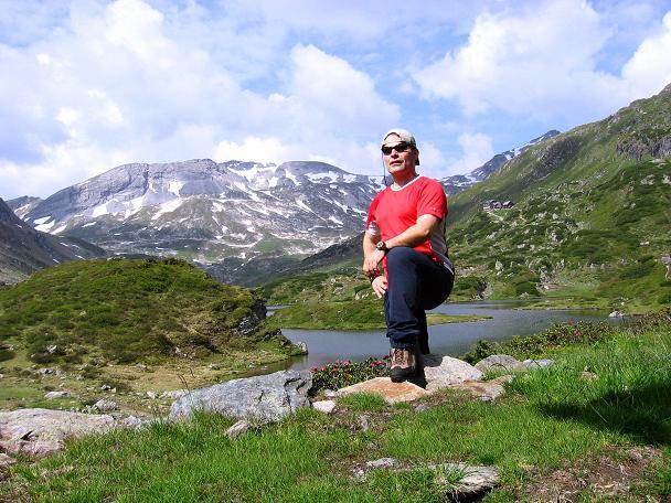 Foto: Andreas Koller / Wander Tour / Vom Giglachsee auf die Engelkarspitze (2518 m) / Rast am Giglachsee mit Blick auf die Lungauer Kalkspitze (2471 m) / 11.06.2007 22:42:16