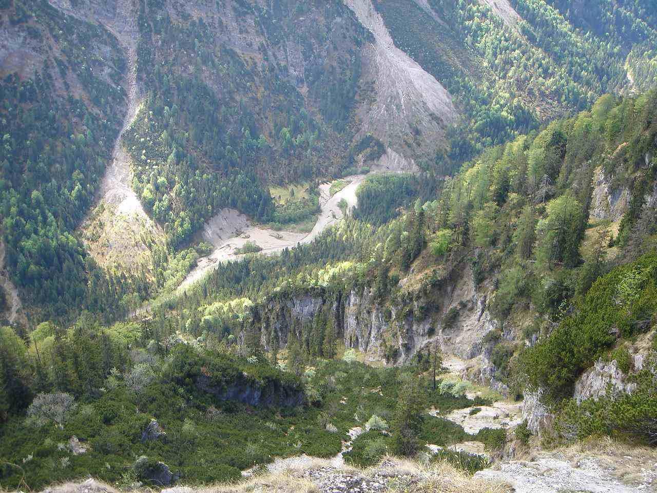 Foto: Manfred Karl / Mountainbiketour / Saurüsselkopf (1270m) / Tiefblick vom Gipfel / 19.06.2007 06:15:27