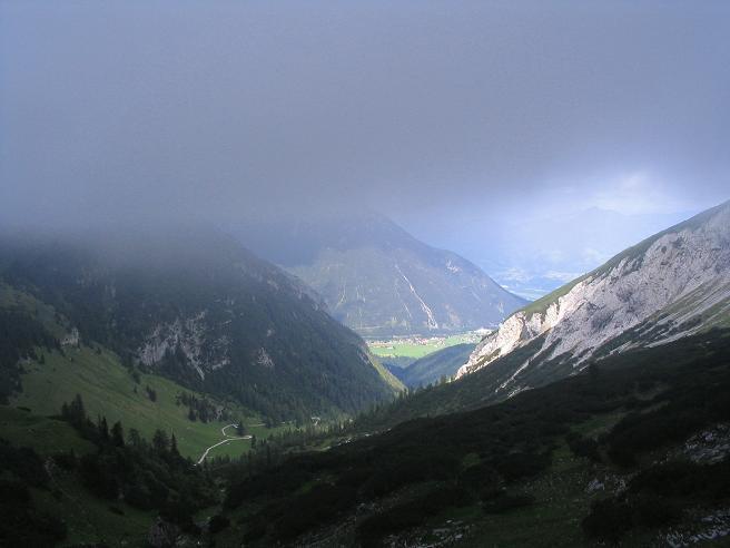 Foto: Andreas Koller / Wander Tour / Stanserjoch und Tunnelsteig (2102m) / Nebel im Karwendel, Sonne unten in Maurach / 18.06.2007 17:19:28