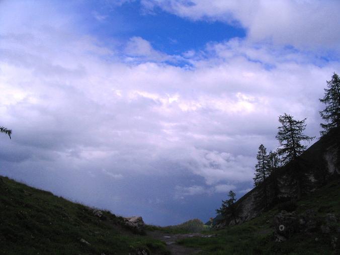 Foto: Andreas Koller / Wander Tour / Stanserjoch und Tunnelsteig (2102m) / Gewitterstimmung am Weißenbachsattel / 18.06.2007 17:21:11