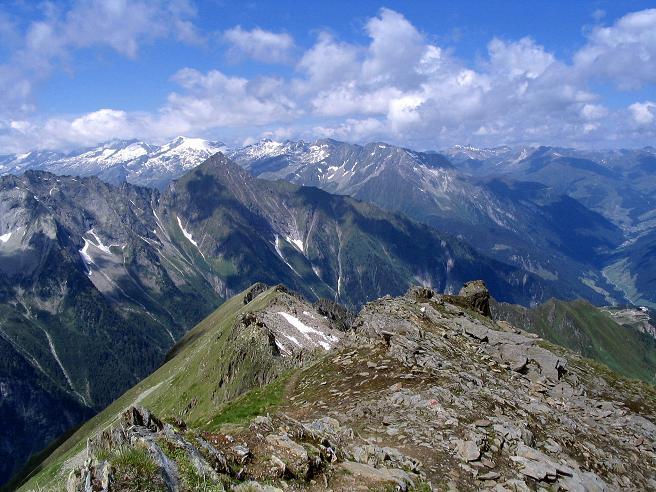 Foto: Andreas Koller / Wander Tour / Ahornspitze und Popbergschneid (2976m) / Blick über die Popbergschneid in die Tuxer Alpen / 18.06.2007 18:03:38