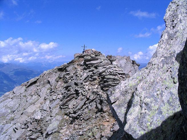 Foto: Andreas Koller / Wander Tour / Ahornspitze und Popbergschneid (2976m) / Übergang über eine gesicherte Scharte zum N-Gipfel, den das Gipfelkreuz ziert / 18.06.2007 18:05:40
