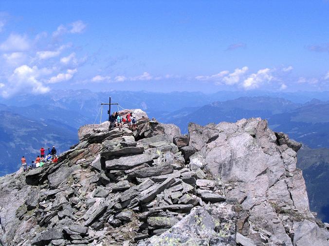 Foto: Andreas Koller / Wander Tour / Ahornspitze und Popbergschneid (2976m) / Blick vom S-Gipfel über den 3 m niedrigeren N-Gipfel und das Zillertal  / 18.06.2007 18:09:07