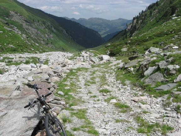Foto: mucho / Mountainbiketour / Schönachtal / Wegzustand; hinten Isskogel / 18.06.2007 19:00:20
