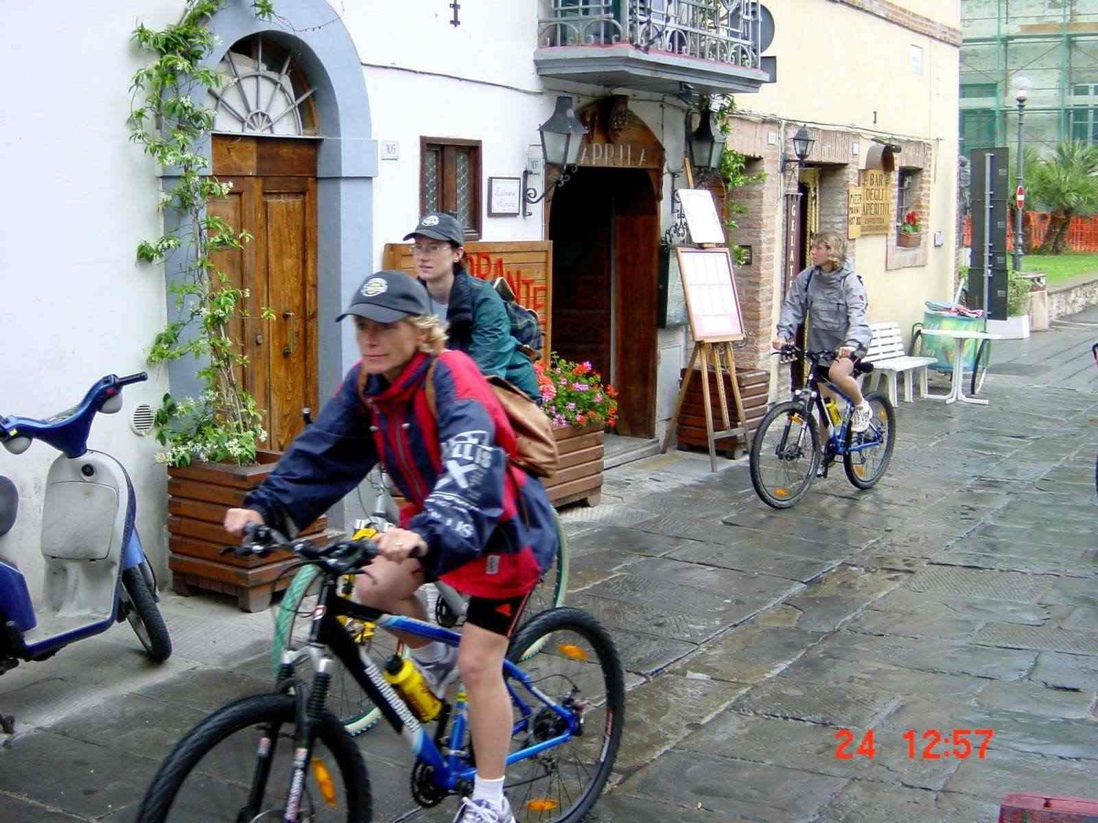 Foto: Manfred Karl / Mountainbike Tour / Von Castiglion Fiorentino zum Lago Trasimeno / Castiglion del Lago - bei Regen / 20.06.2007 17:54:25