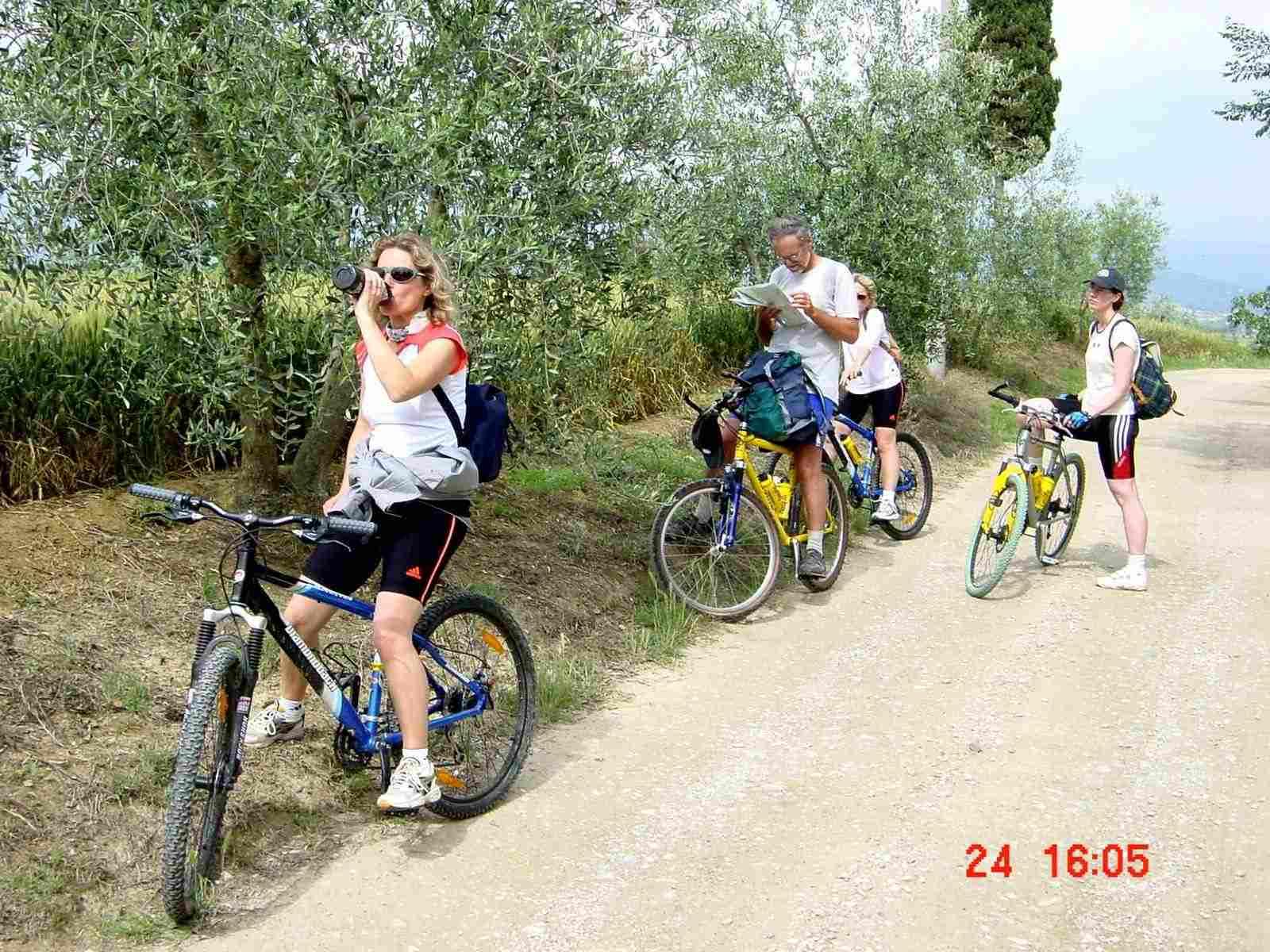 Foto: Manfred Karl / Mountainbike Tour / Von Castiglion Fiorentino zum Lago Trasimeno / Rast und Kartenstudium / 20.06.2007 17:52:43