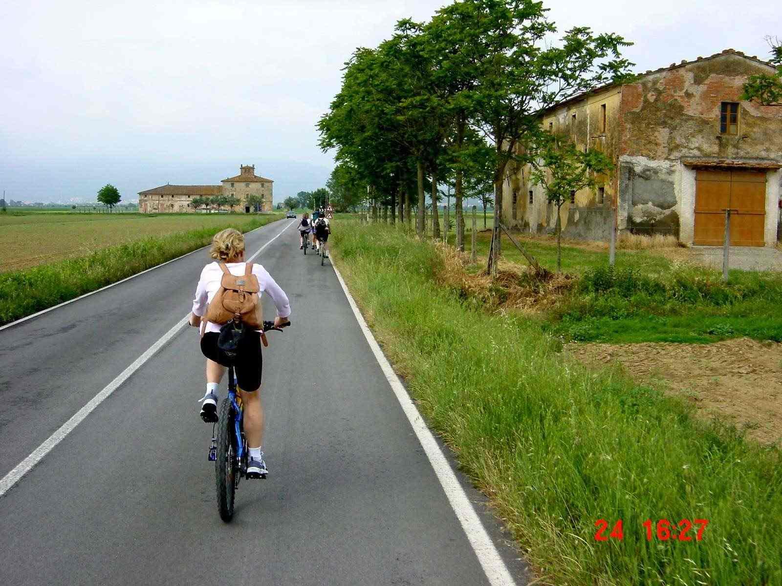 Foto: Manfred Karl / Mountainbike Tour / Von Castiglion Fiorentino zum Lago Trasimeno / Der Rückweg nach Castiglion zieht sich schon. / 20.06.2007 17:11:33