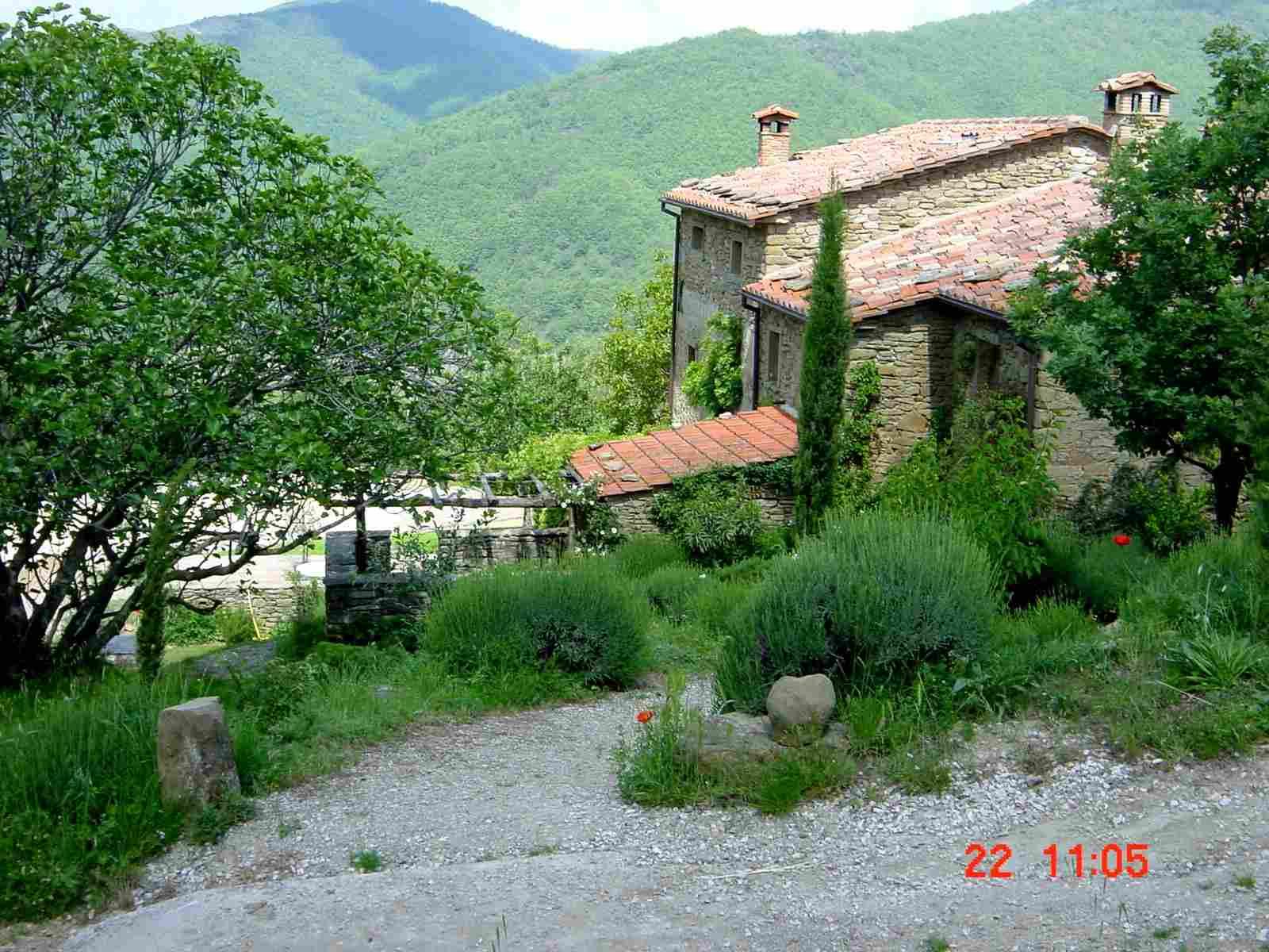 Foto: Manfred Karl / Mountainbike Tour / Monte Castel Giudeo, 1037 m / Nach diesem Haus geht´s in die Wildnis! / 20.06.2007 06:27:22