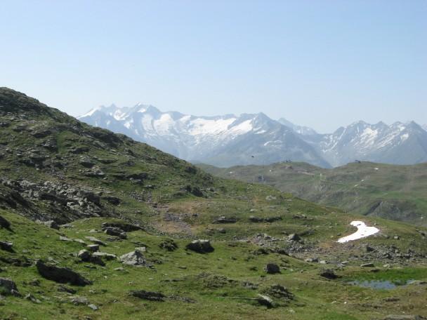Foto: mucho / Mountainbike Tour / Stumm Kothüttenalm Hemereralm Torhelm / Am Maurerschartl im Mittelgrund Isskogel, hinten Reichenspitzgruppe / 20.06.2007 19:53:55