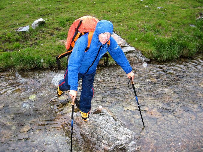 Foto: Andreas Koller / Wander Tour / Von der Osnabrückerhütte auf den Preimlspitz (3133 m) / Bachquerungen sind im Maltatal keine Seltenheit / 27.06.2007 15:19:09
