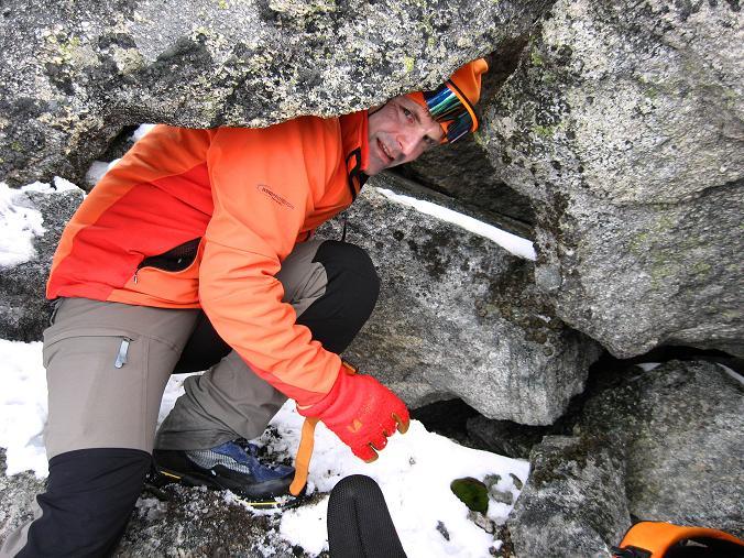 Foto: Andreas Koller / Wandertour / Von der Osnabrückerhütte auf den Preimlspitz (3133 m) / Durchschlupf unter einem Felsblock / 27.06.2007 15:23:27