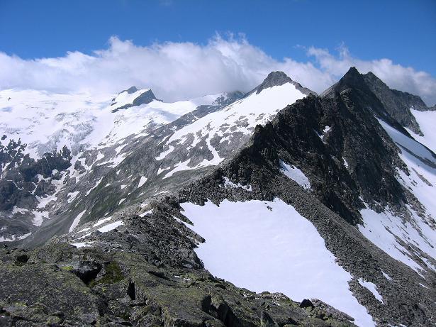 Foto: Andreas Koller / Wander Tour / Vom Maltatal ins Gasteinertal (2886 m) / Blick über die Kleinelendscharte auf das Kleinelendkees und den Tischlerkarkopf (3001 m) / 27.06.2007 17:15:12