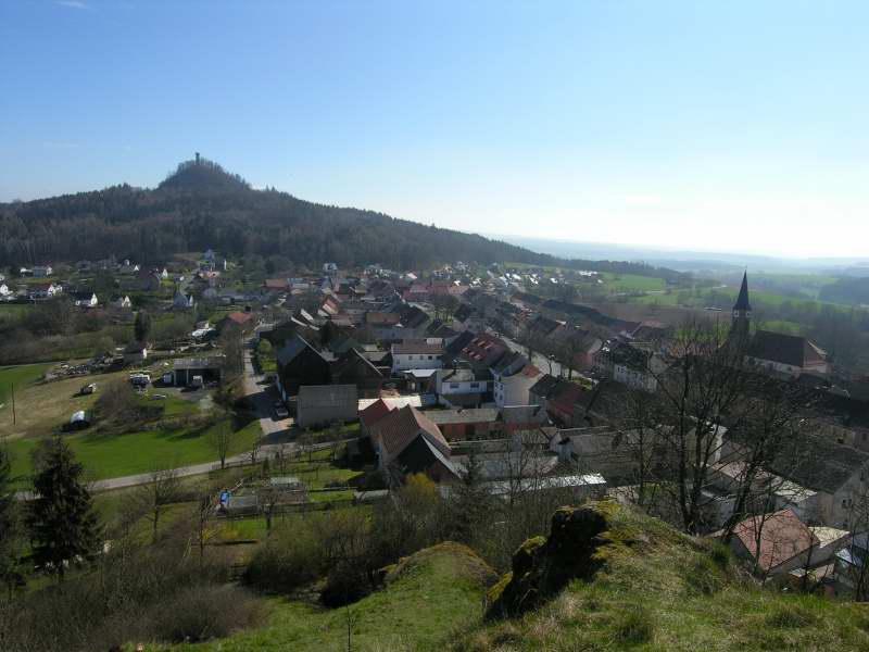 Foto: DieBoggns / Wander Tour / Wanderung zum Rauhen Kulm / Blick vom Kleinen Kulm auf den Rauhen Kulm, dazwischen Neustadt am Kulm mit Ortszentrum (Kirche) / 01.07.2007 21:26:41