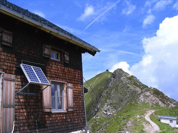 Foto: Andreas Koller / Wander Tour / Vom Loassattel über das Kellerjoch zum Spieljoch (2344 m) / Kellerjochhütte und Kellerjoch / 03.07.2007 12:45:13