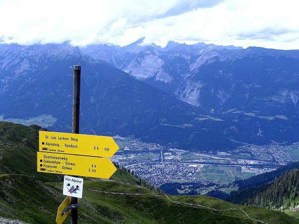 Foto: Andreas Koller / Wander Tour / Vom Loassattel über das Kellerjoch zum Spieljoch (2344 m) / Wegweiser zum Alpinsteig, Karwendelkette und Tiefblick nach Schwaz / 03.07.2007 12:44:54
