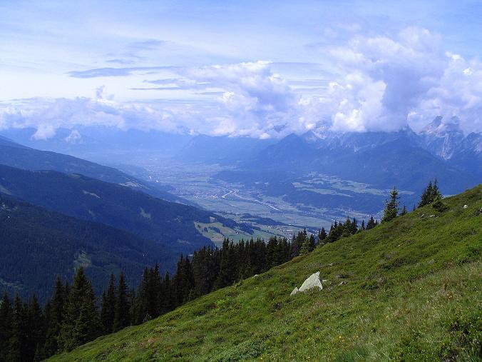 Foto: Andreas Koller / Wander Tour / Vom Loassattel über das Kellerjoch zum Spieljoch (2344 m) / Tiefblick in das Inntal gegen Innsbruck / 03.07.2007 12:47:34