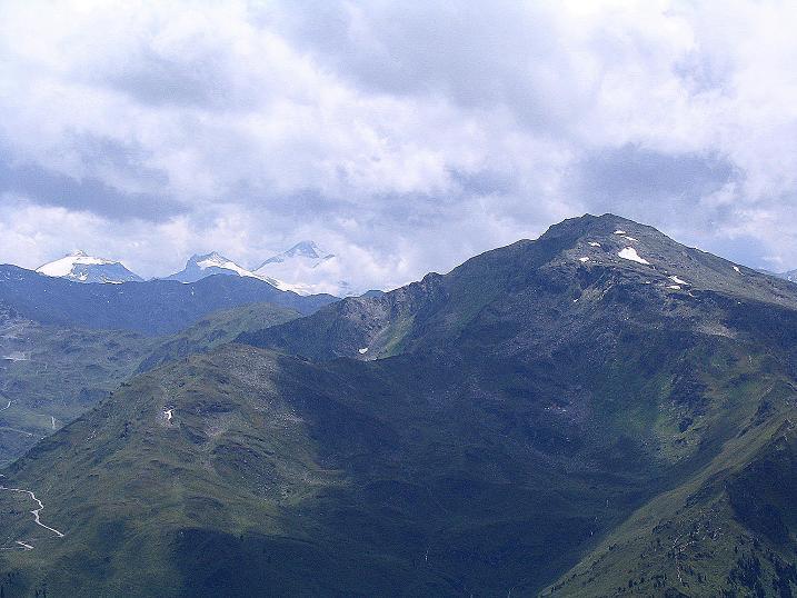 Foto: Andreas Koller / Wander Tour / Vom Loassattel über das Kellerjoch zum Spieljoch (2344 m) / Der Gilfert (2508 m) und die vergletscherten Tuxer Alpen  / 03.07.2007 12:46:37