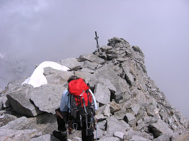 Foto: Andreas Koller / Wandertour / Schrammacher (3411 m) / Die letzten Meter zum Gipfelkreuz / 03.07.2007 13:39:12