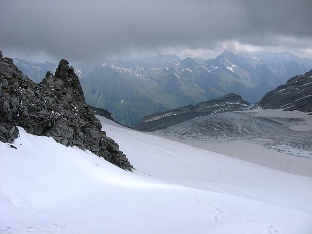 Foto: Andreas Koller / Wandertour / Schrammacher (3411 m) / Stampflkees mit Schartenkopf und tief unten das Pfitscherjoch / 03.07.2007 13:36:50