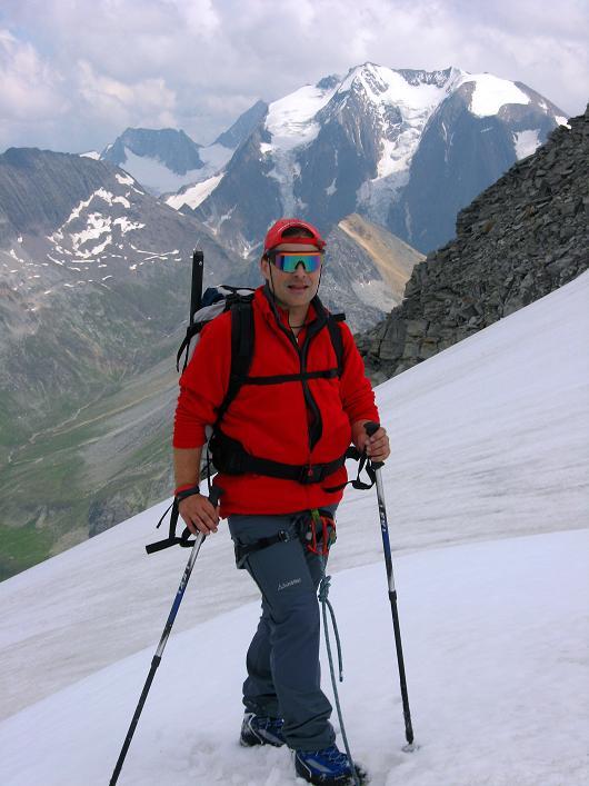 Foto: Andreas Koller / Wandertour / Schrammacher (3411 m) / In der Oberschrammach Scharte gegen Hochfeiler (3510 m) und Hochfernerspitze (3470 m) / 03.07.2007 13:35:21