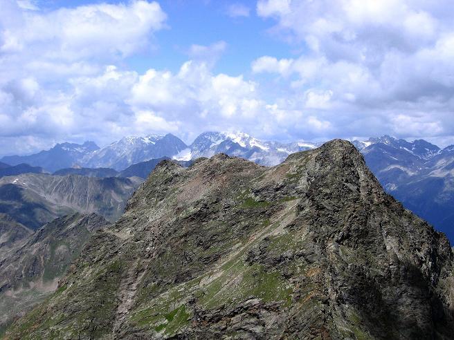 Foto: Andreas Koller / Wander Tour / Durch das Arntal auf die Weiße Spitze (2963 m) / Über die Rote Spitze (2956 m) schaut der Hochgall (3436 m) / 10.07.2007 17:50:31