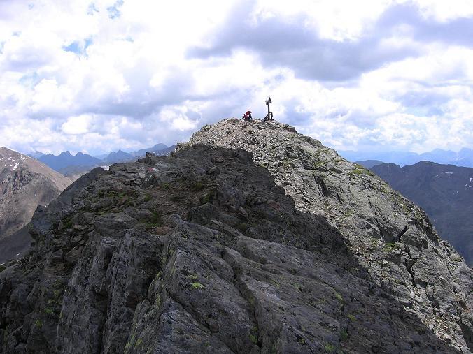 Foto: Andreas Koller / Wander Tour / Durch das Arntal auf die Weiße Spitze (2963 m) / Blick vom Grat auf den sonnenbeschienenen Gipfel der Weißen Spitze / 10.07.2007 17:48:50