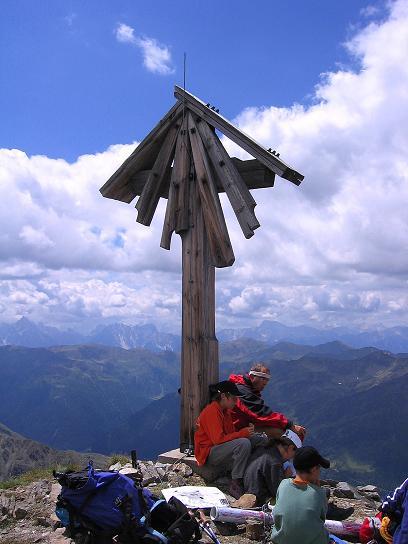 Foto: Andreas Koller / Wander Tour / Durch das Arntal auf die Weiße Spitze (2963 m) / Gipfelkreuz auf der Weißen Spitze / 10.07.2007 17:47:46