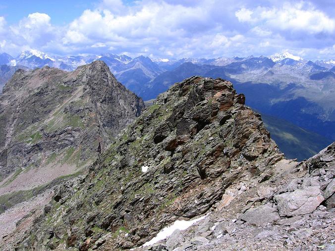 Foto: Andreas Koller / Wander Tour / Durch das Arntal auf die Weiße Spitze (2963 m) / Der Anstiegsgrat im Vordergrund, dahinter Rote Spitze (2956 m) und die Rieserferner- und Venedigergruppe / 10.07.2007 17:46:01
