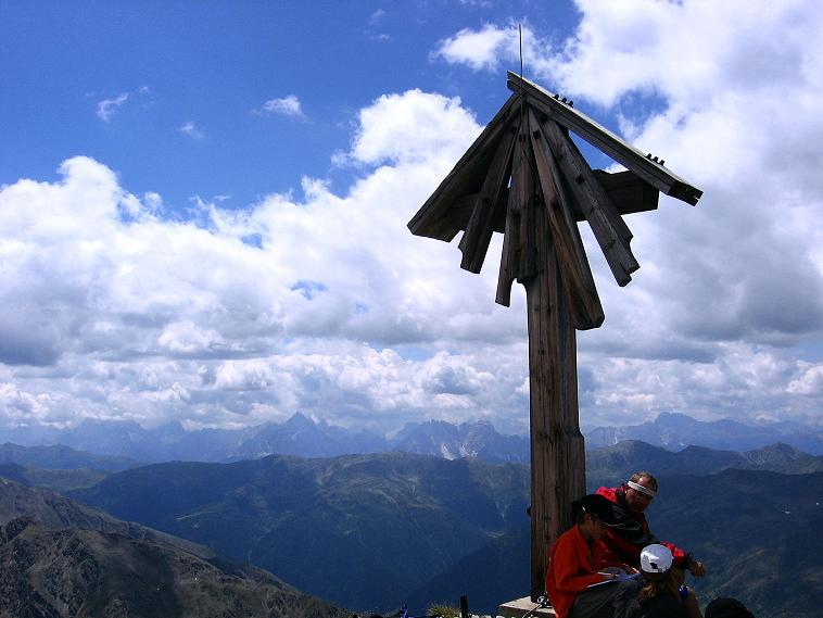 Foto: Andreas Koller / Wander Tour / Durch das Arntal auf die Weiße Spitze (2963 m) / Gipfelkreuz auf der Weißen Spitze gegen die Sextener Dolomiten / 10.07.2007 17:44:27