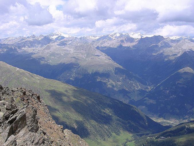 Foto: Andreas Koller / Wander Tour / Durch das Arntal auf die Weiße Spitze (2963 m) / Blick über St. Jakob i. Defereggen auf die Venedigergruppe / 10.07.2007 17:43:48