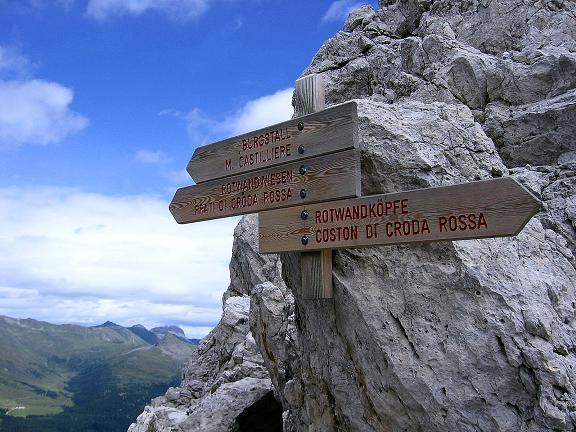 Foto: Andreas Koller / Klettersteig Tour / Rotwand-Klettersteig - Via ferrata Croda Rossa (2939 m) / Wegweiser im Schuttkessel über der Leiter, wo Rotwanköpfe-Steig und Burgstall-Route zusammentreffen / 10.07.2007 18:41:24