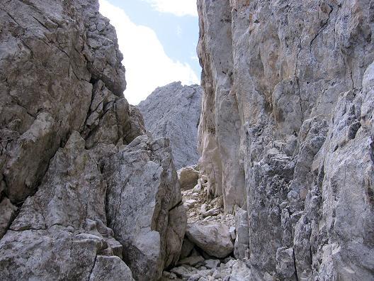 Foto: Andreas Koller / Klettersteig Tour / Rotwand-Klettersteig - Via ferrata Croda Rossa (2939 m) / Durch diesen Felsspalt erfolgt der Abstieg zum Burgstall / 10.07.2007 18:40:45