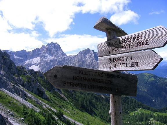 Foto: Andreas Koller / Klettersteig Tour / Rotwand-Klettersteig - Via ferrata Croda Rossa (2939 m) / Wegweiser am Burgstall mit Dreischusterspitze (3152 m) / 10.07.2007 18:38:56