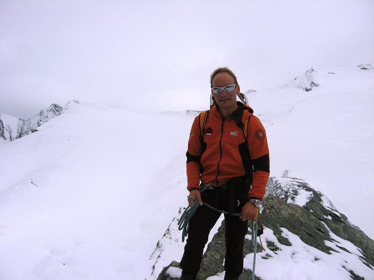 Foto: Andreas Koller / Wander Tour / Über zwei große Keese auf den Romariswandkopf (3511 m) / Am Gipfel des Gramul mit Fruschnitzkees und Romariswandkopf im Hintergrund / 10.07.2007 22:23:03