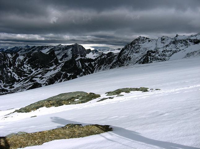 Foto: Andreas Koller / Wander Tour / Über zwei große Keese auf den Romariswandkopf (3511 m) / Über dem Teischnitznitzkees taucht in der Ferne der Großvenediger (3674 m) auf / 10.07.2007 22:32:18