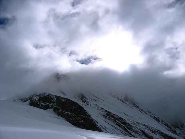 Foto: Andreas Koller / Wander Tour / Über zwei große Keese auf den Romariswandkopf (3511 m) / Die Glocknerwand (3721 m) taucht im Nebel unter / 10.07.2007 22:31:13