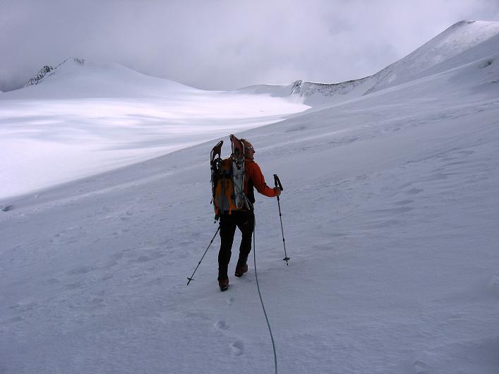 Foto: Andreas Koller / Wander Tour / Über zwei große Keese auf den Romariswandkopf (3511 m) / Querung des Fruschnitzkeeses mit Romariswand im Hintergrund / 10.07.2007 22:30:24