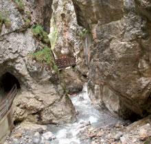 Foto: Tirol Werbung / Wander Tour / Adlerweg Etappe 28 - Ins Meran von Nordtirol / Rosengartenschlucht / 26.07.2007 11:41:57