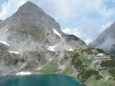 Foto: Tirol Werbung / Wander Tour / Adlerweg Etappe 30 - Aus der Höhe hinunter aufs Mieminger Sonnenplateau / Drachensee / 26.07.2007 11:44:30