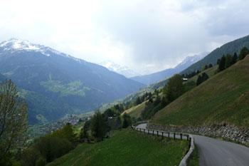 Foto: Tirol Werbung / Mountainbike Tour / Bike Trail Tirol Etappe Wenns - Landeck / Strasse nach Fiss / 23.07.2007 13:34:09