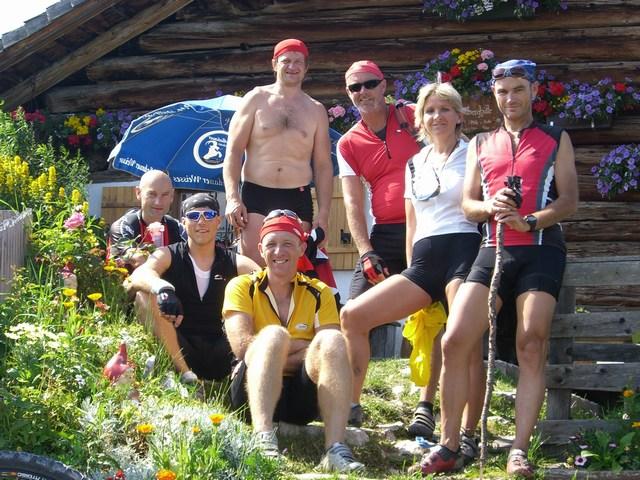Foto: Jürgen Lindlbauer / Mountainbike Tour / Von der Postalm über die Thurnaualm nach Voglau und weiter auf die Pitscherbergalm / Abschlussfoto vor der Pitscherberghütte / 29.07.2007 13:10:22