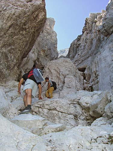 Foto: kro.potkin / Kletter Tour / Kumpfkarspitze - Kemacher Nordgrat IV- / Einstieg in die Steilschlucht. / 22.07.2007 23:19:24