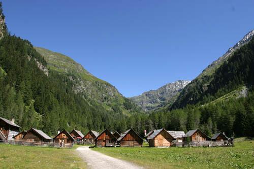 Foto: Lenswork.at / Ch. Streili / Wander Tour / Vom Göriachtal zum oberen Landawirsee / Hüttendorf im Göriachtal, besonders empfehlenswert ist die Hansal Hütte / 27.07.2007 15:20:55