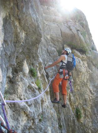 Foto: AbsolutAlpin.at / Kletter Tour / Amazonia VI / Hier gehts nach einem kurzen Quergang am Dach vorbei - 7. SL. / 03.08.2007 20:32:19