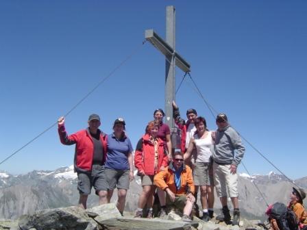 Foto: dobratsch11 / Wander Tour / Hütten Trekking in der Schobergruppe / die ganze Mannschaft am Gipfel / 05.08.2007 18:30:15