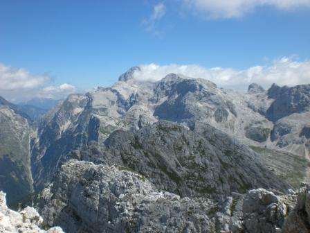 Foto: dobratsch11 / Wander Tour / Veliko Spicje / Vom Gipfel Blick zum Triglav und dem Luknjapass / 05.08.2007 20:07:02