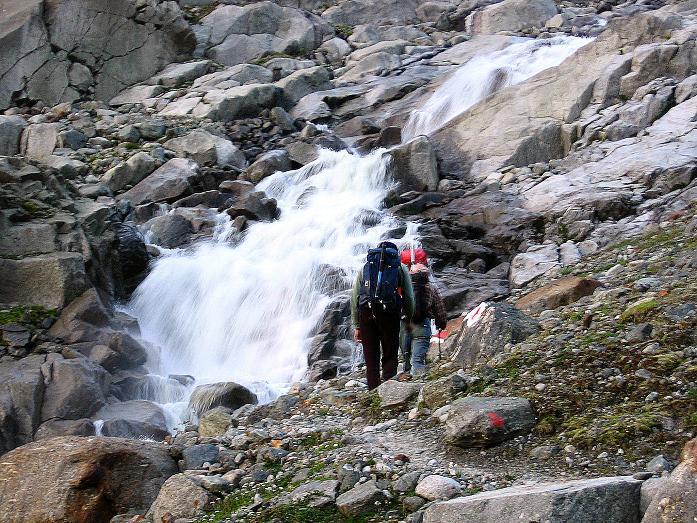 Foto: Andreas Koller / Wander Tour / Von der Franz Senn Hütte in die Wildgratscharte (3170 m) / Gletscherbach vom neuen Steig zum Alpeiner Ferner / 08.08.2007 13:48:52
