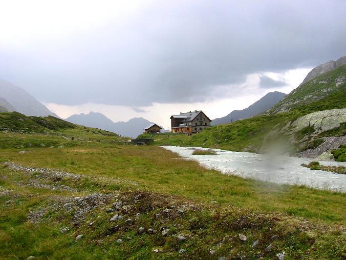 Foto: Andreas Koller / Wander Tour / Von der Franz Senn Hütte in die Wildgratscharte (3170 m) / Franz Senn Hütte bei Gewitter / 08.08.2007 13:43:05